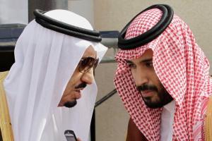 الملك سلمان بن عبدالعزيز مع نجله محمد وزير الدفاع ورئيس الديوان الملكي الجديد