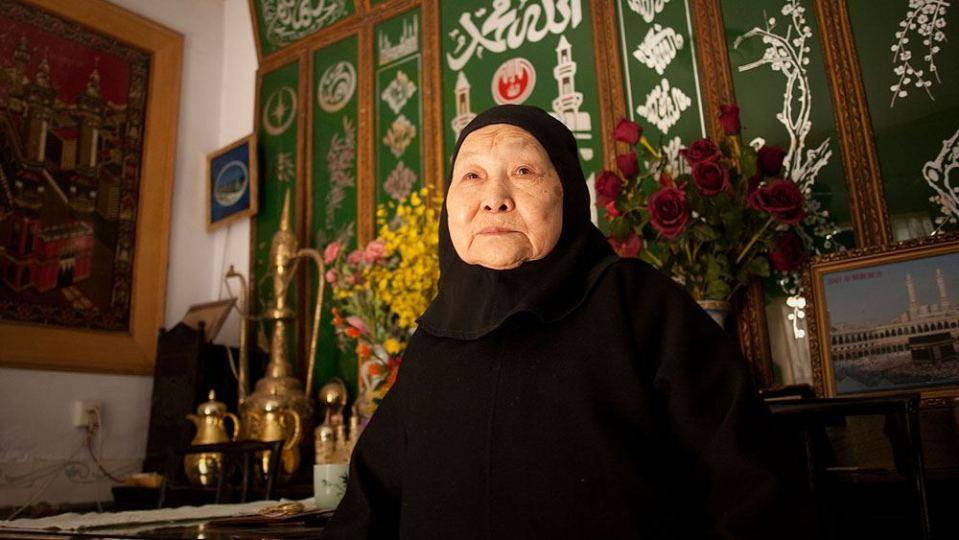 ثارت دوشينغزينغ على عائلتها قبل 50 عاما لتصبح إماما، وقد دربت أكثر من 70 إمرأة ليصبحن أئمة إناث، والآن هناك نساء معدودات فقط هن اللواتي يرغبن بالعمل في هذا المضمار