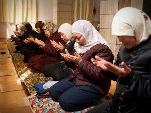نساء يصلين في مسجد وانجيا في كايفنج، يوجد 16 مسجدا للإناث في المدينة، وهو ثلث عدد المساجد المتاحة للذكور