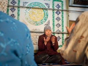 ياو باوكشا هي إمام أنثى (آهونج) في مسجد وانجا هيوتنج للإناث في كايفنغ وسط الصين، وهي تجلس جنبا إلى جنب مع المؤمنات أثناء الصلاة وليس أمامهن كما يفعل الإمام الذكر، ومع ذلك فهي تؤمن بأن الأئمة الذكور والإناث متساوون في المكانة ويلعبون ذات الدور في التعليم وإمامة الصلاة