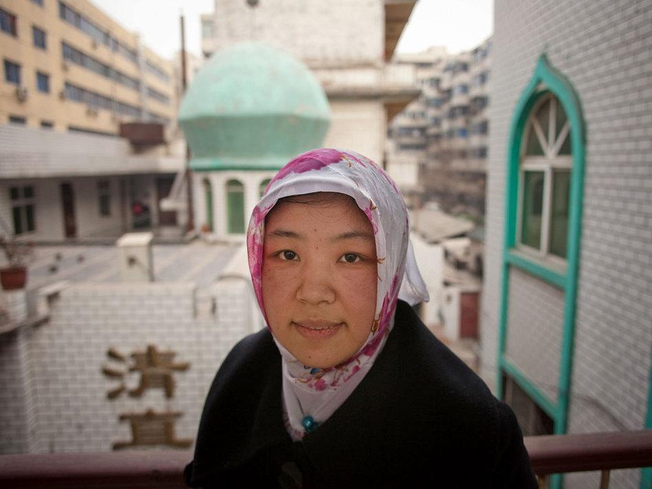 بالنسبة للإمام الأنثى باي يانليان فقد استغرقها أمر الإمامة 7 سنوات من الدراسة حتى تصبح مؤهلة لتكون إماما، إضافة إلى 3 سنوات من تعلم اللغة العربية، تبع ذلك امتحان تقدمت به لدى السلطات الرسمية للحصول على رخصة بمزاولة مهنة الإمام