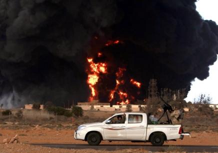 سفينة الصحراء: لماذا يستخدم العرب شاحنات تويوتا هايلكس؟ تعرف على قوة تحملها في هذاالفيديو