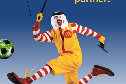 رسامون يعبثون بشعارات الشركات الراعية لكأس العالم 2022 للفت الأنظار إلى انتهاكات العمالة فيقطر