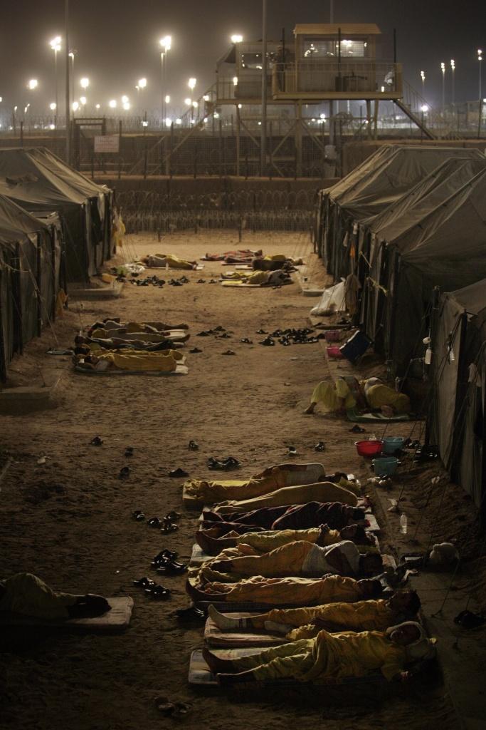 مساجين بوكا ينامون خارج خيامهم ليلاً