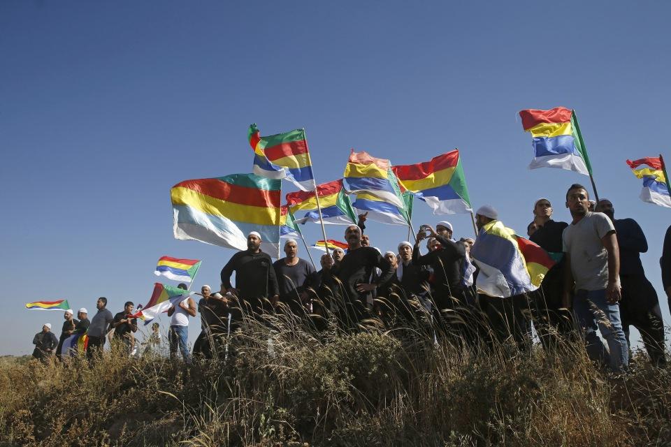 دروز على الجانب الإسرائيلي من الجولان يرفعون الأعلام الدرزية