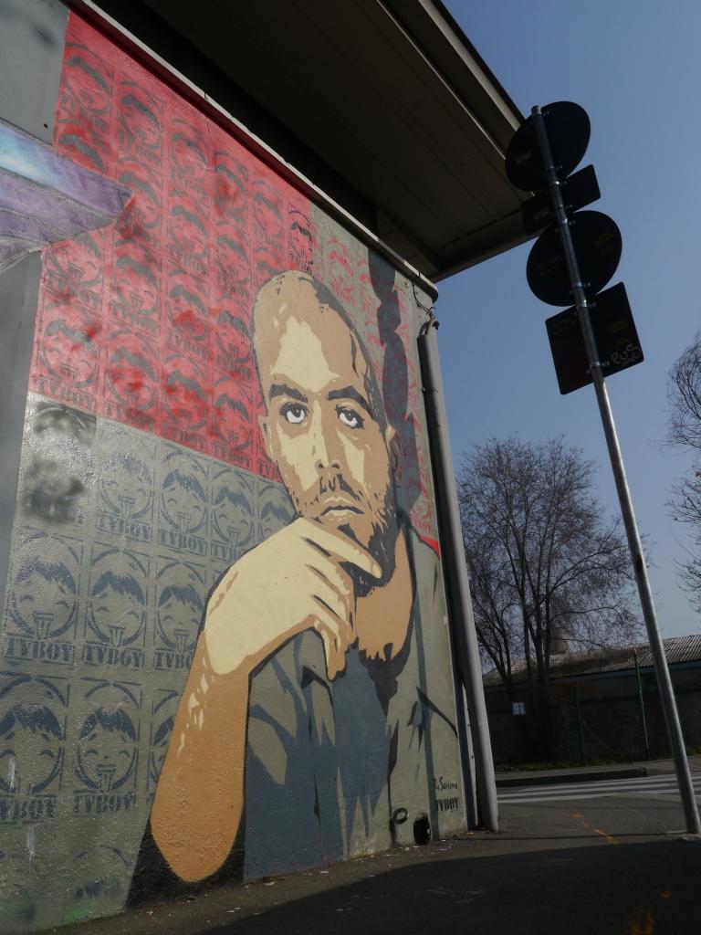 جدارية بصورة روبيرتو سافيانو رسمت في أحد شوارع نابولي
