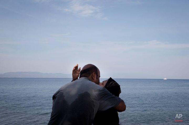 زوجان سوريان يتعانقان بعد وصولهما سالمين لسواحل جزيرة ليسبوس قادمين من تركيا