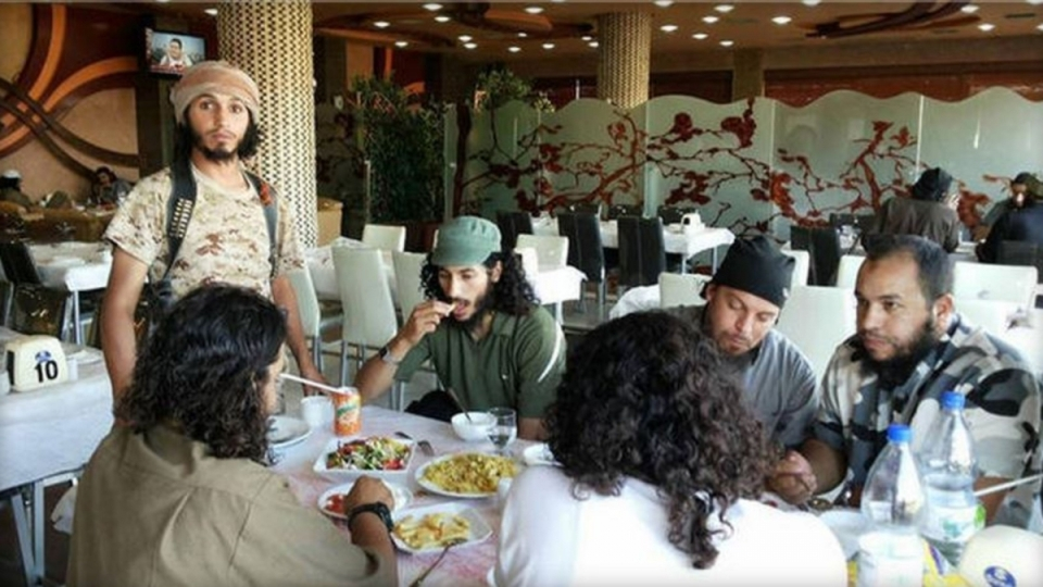 isis-militants-having-food-together-posh-hotel-raqqasyria