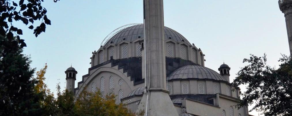 قصة الرجل التركي الذي يبيع الخمور أمام المسجد