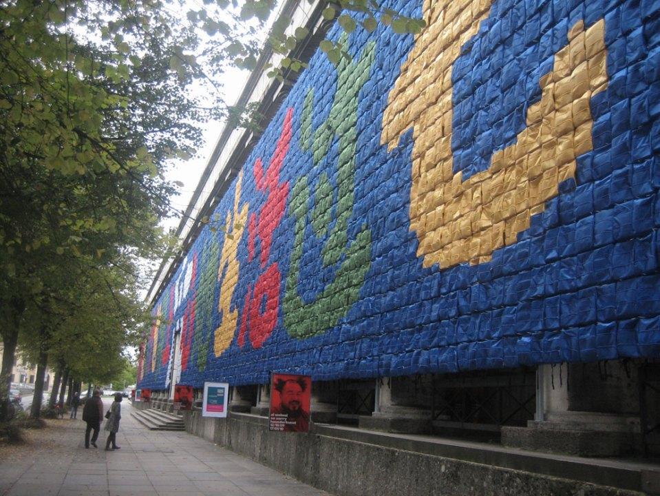 جدارية مصنوعة من حقائب أطفال المدارس