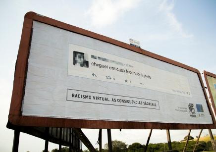 بين الافتراضي والحقيقي: حملة برازيلية تضع تعليقات فيسبوك العنصرية على لوحاتالإعلانات