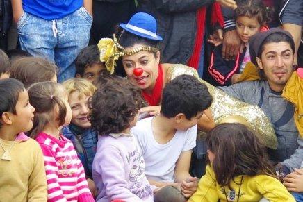 """الضحك لغة عالمية: """"مهرجون بلا حدود"""" منظمة تزرع الابتسامة على وجوه الأطفالالمنكوبين"""