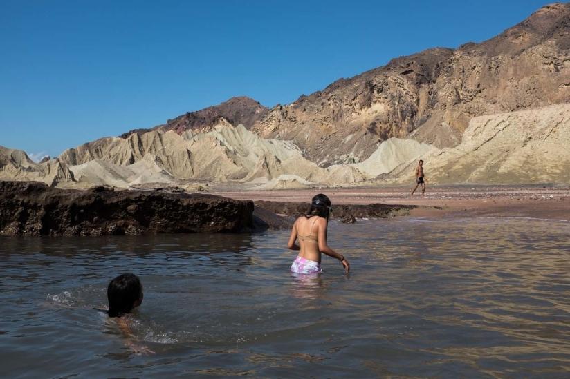 رحلة إلى الشاطئ الإيراني حيث يشعر المراهقون بالحرية