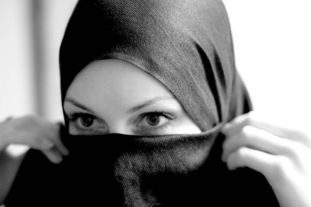 المتعة المحرمة: لماذا تشعر المرأة العربية بالعار عند التفكير بالحب أوالجنس؟