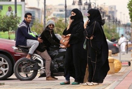 الحب على الطريقة السعودية: كيف يستخدم الشباب وسائل التواصل الاجتماعيللتعارف؟