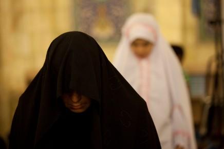 باستثناء الإسلام واليهودية: لماذا النساء أكثر تديّنًا منالرجال؟