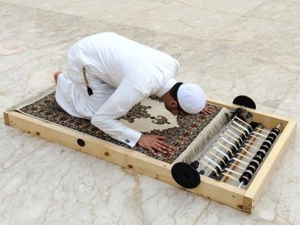 عثمان خُنجي: فنان يسعى بتصاميمه إلى إعادة استكشافالإيمان