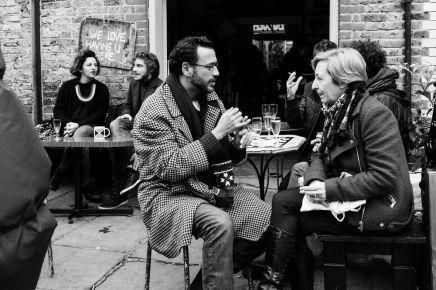 المقاهي وأماكن التجمعات كمنصات لمراقبةالآخرين؟