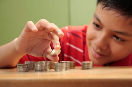 علاقتنا بالمال: حتى الأطفال يصبحون أقل نفعاً لغيرهم بعد لمسالنقود